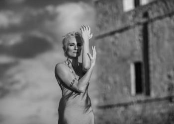"""Ливень, который удивил даже Санкт-Петербург: Диана Арбенина спела под проливным дождем в БКЗ """"Октябрьский"""""""