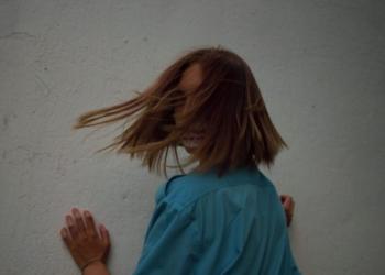 Lustra –– молодая исполнительница из Узбекистана –– выпустила провокационный трек «Время других»