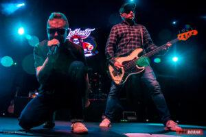 Космический панк-рок от команды «Элизиум» на сцене питерского клуба «Аврора»